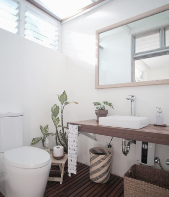 11 stylishly designed toilet and bath that also features natural lighting